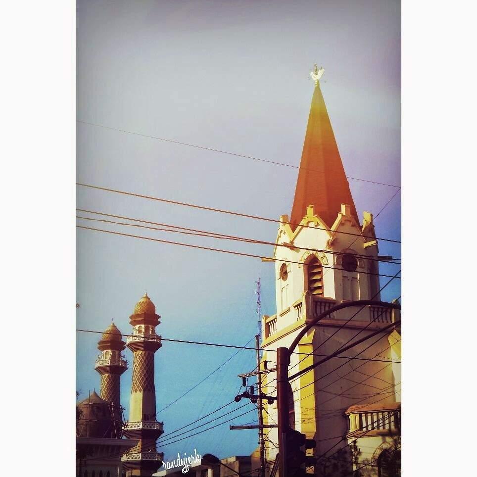 gereja and masjid aja gandengan